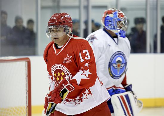 Министр обороны России принял участие в товарищеском хоккейном матче между командами «ВДВ» и «Легенды хоккея СССР»