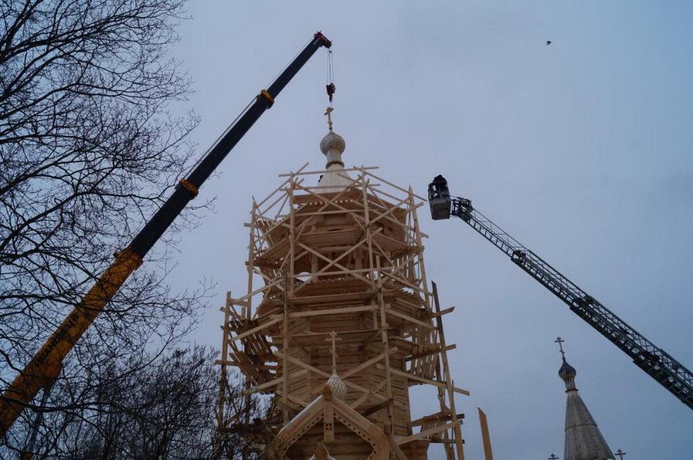Установка центральной главки на колокольню, возведенную для Храма пророка Илии