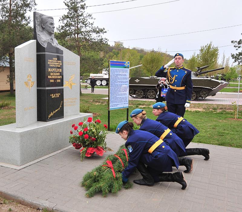 Воспитанники Нижегородского кадетского корпуса Приволжского федерального округа возложили цветы к монументу Маргелова В.Ф.