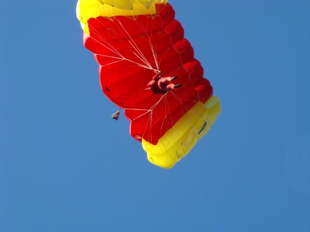Лучшие парашютисты страны раскрывают купола над Карелией