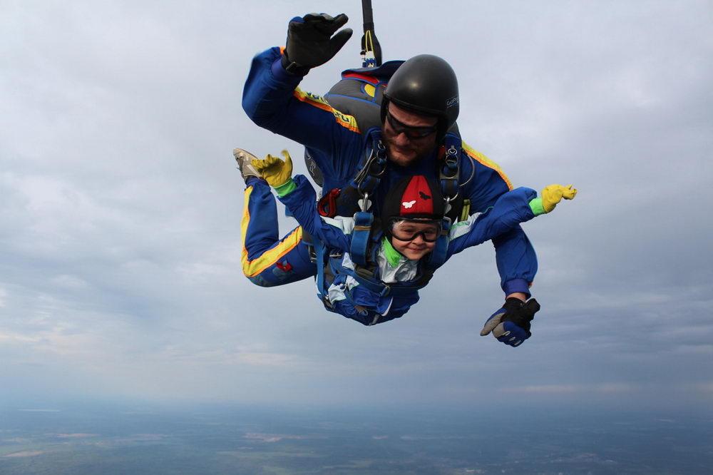 На аэродроме «Ватулино» состоялись очередные плановые парашютные прыжки юнармейцев