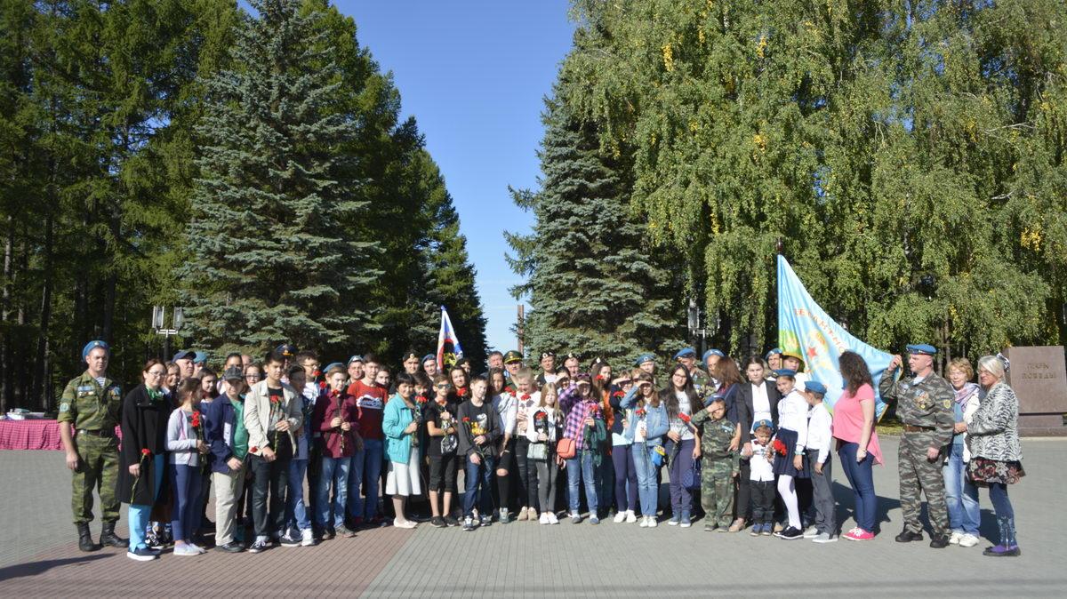 Возложение цветов к могиле и бюсту Мусы Гареева в Парке Победы 16 сентября