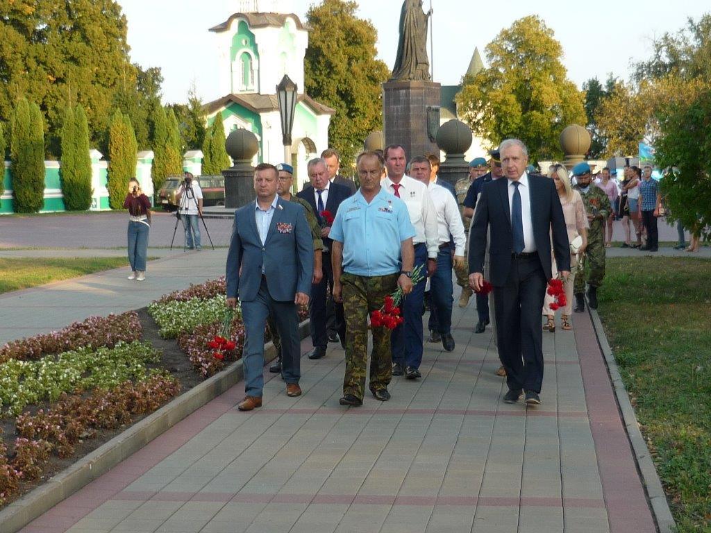 Участники Всероссийского автопробега, посвященного 100-летию образования Рязанского гвардейского высшего воздушно-десантного училища, сделали остановку в Тамбове