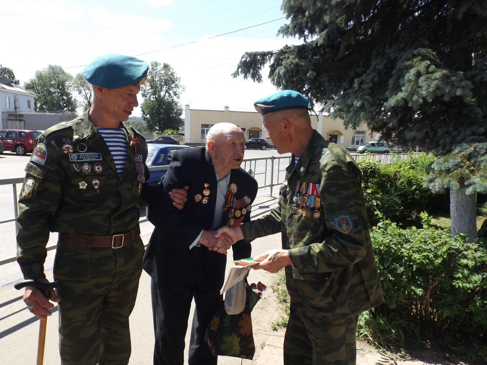 Приволжские десантники поздравили ветерана войны