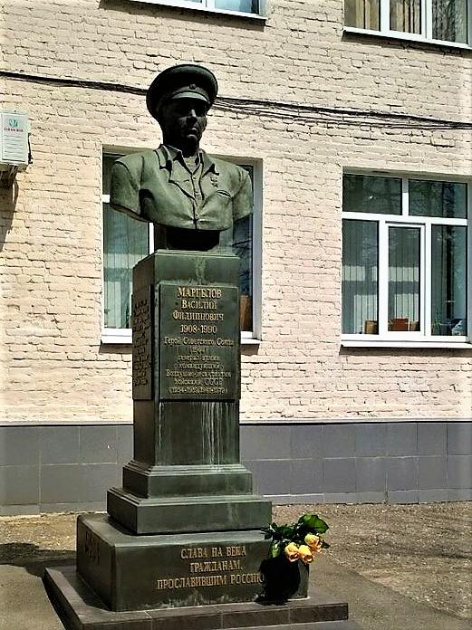 Памятный бюст В.Ф. Маргелову в Тольятти