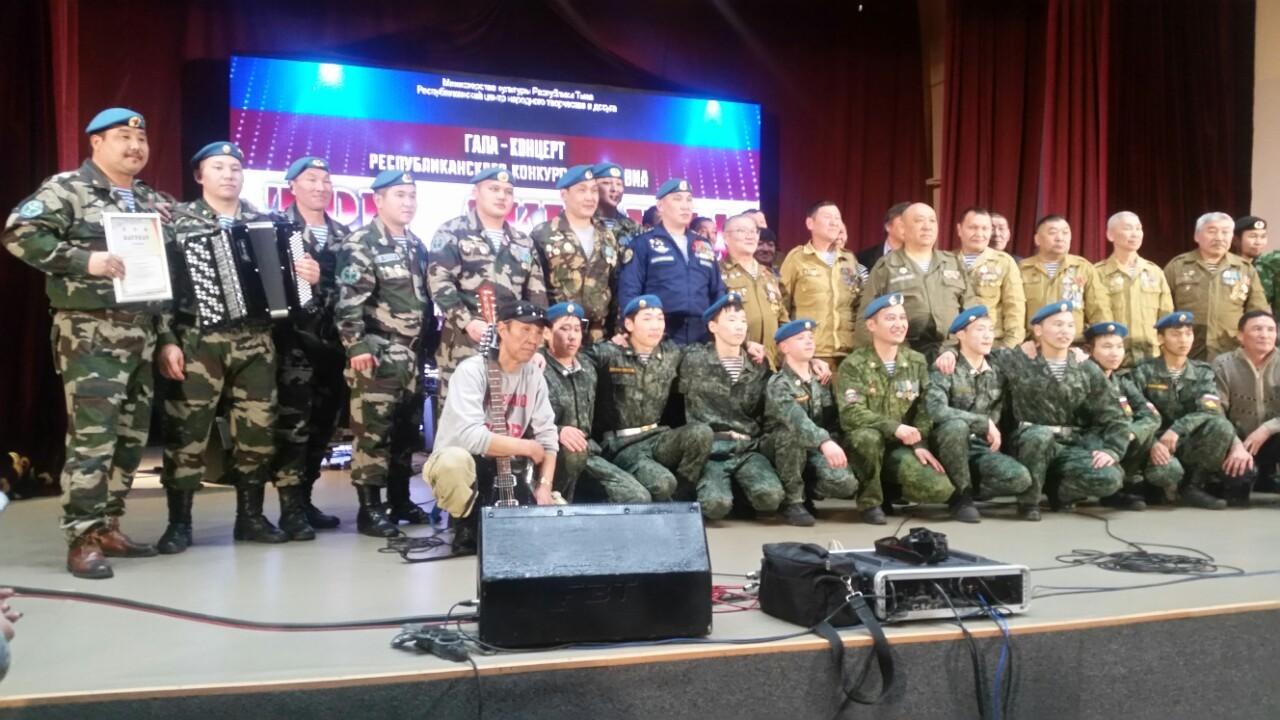 Лауреаты 1 степени республиканского конкурса среди ВИА «Три аккорда» - десантники Тувы