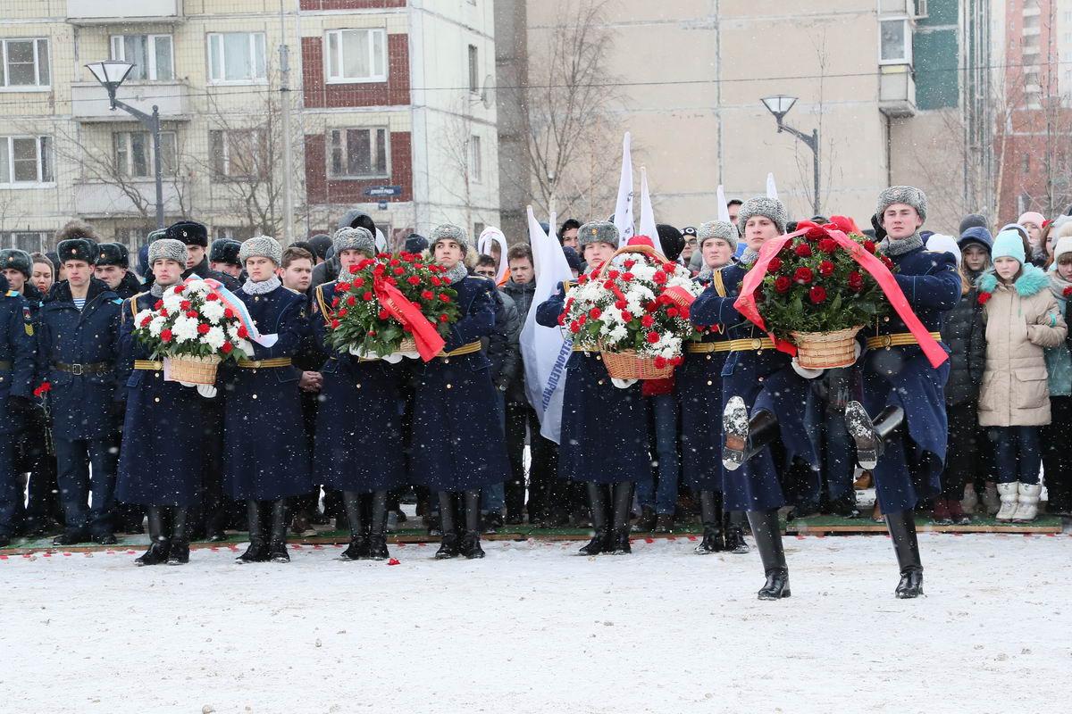 Митинг и возложение цветов к памятнику воинам 6-й парашютно-десантной роты в Невском районе Санкт-Петербурга