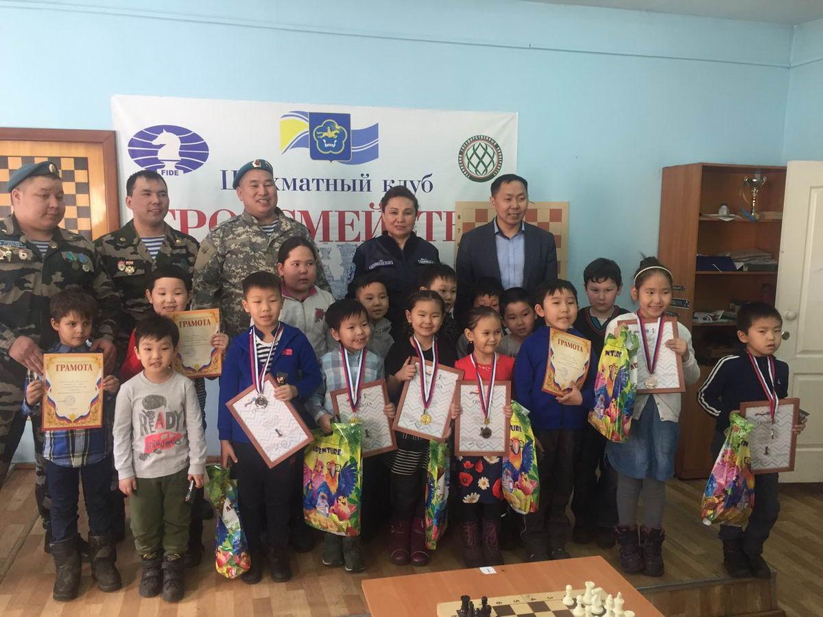 Десантники Тувы поддержали юных шахматистов