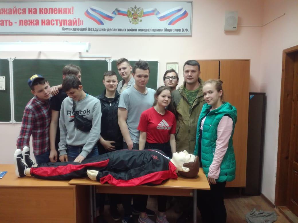 Ветераны-десантники «Союза десантников Таганрога» провели занятия по военно-медицинской подготовке со старшеклассниками