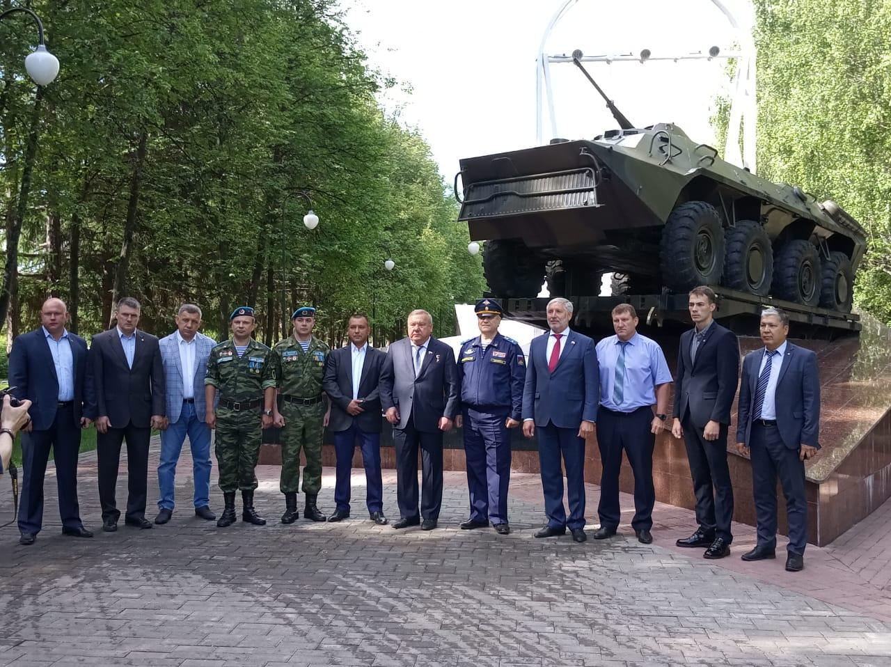 Герой России Владимир Анатольевич Шаманов возложил цветы к памятнику погибшим десантникам в Уфе