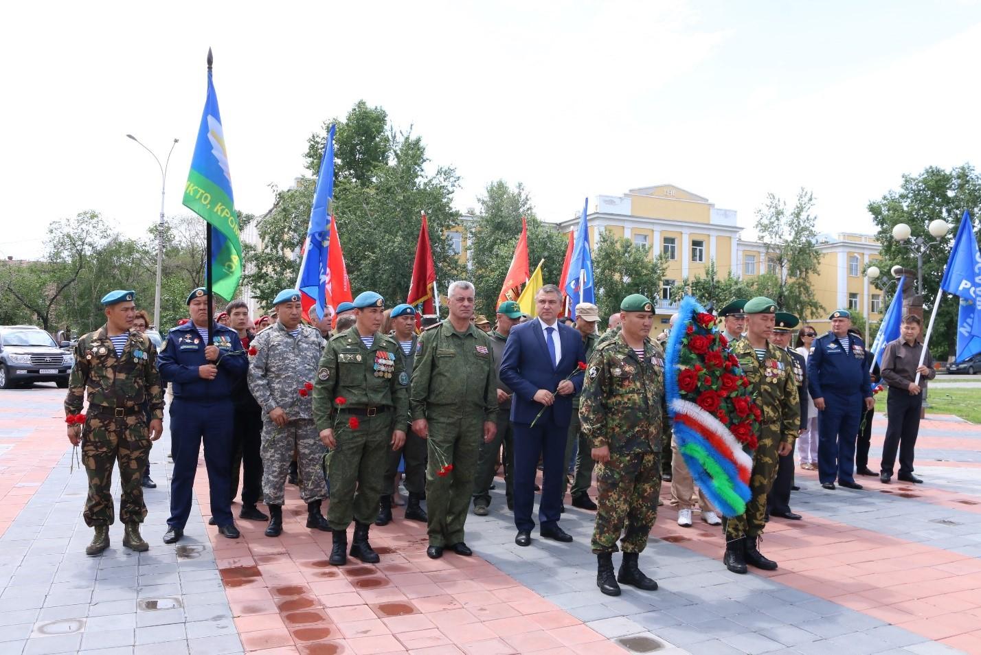 Цветы к памятникам героев Великой Отечественной войны и локальных войн возложили в Кызыле участники форума «БОЕВОГО БРАТСТВА»