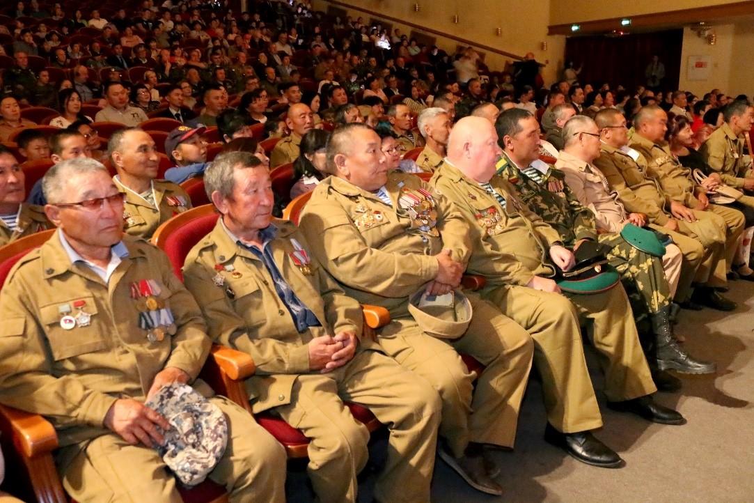 Спектакль «Шурави» и концерт для участников Форума ветеранов «Боевого братства» в Национальном театре Республики Тыва