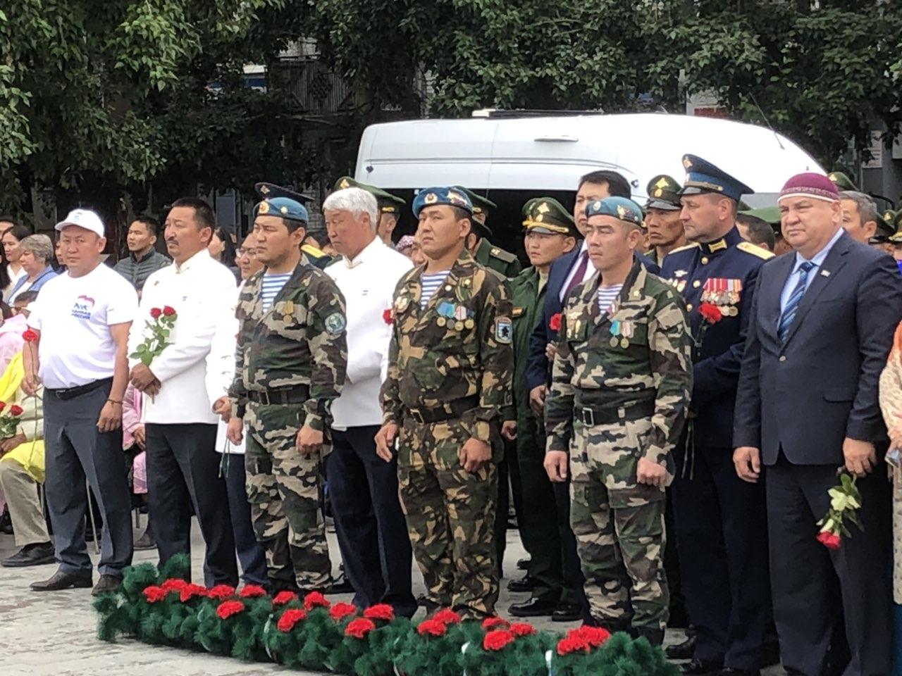 Торжественное поднятие десантниками государственных флагов в день республики