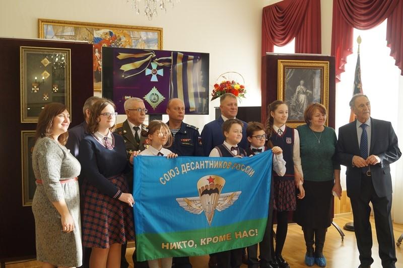 В Тамбов на День Героев Отечества доставили флаг из столицы: на мероприятии побывало более 100 школьников
