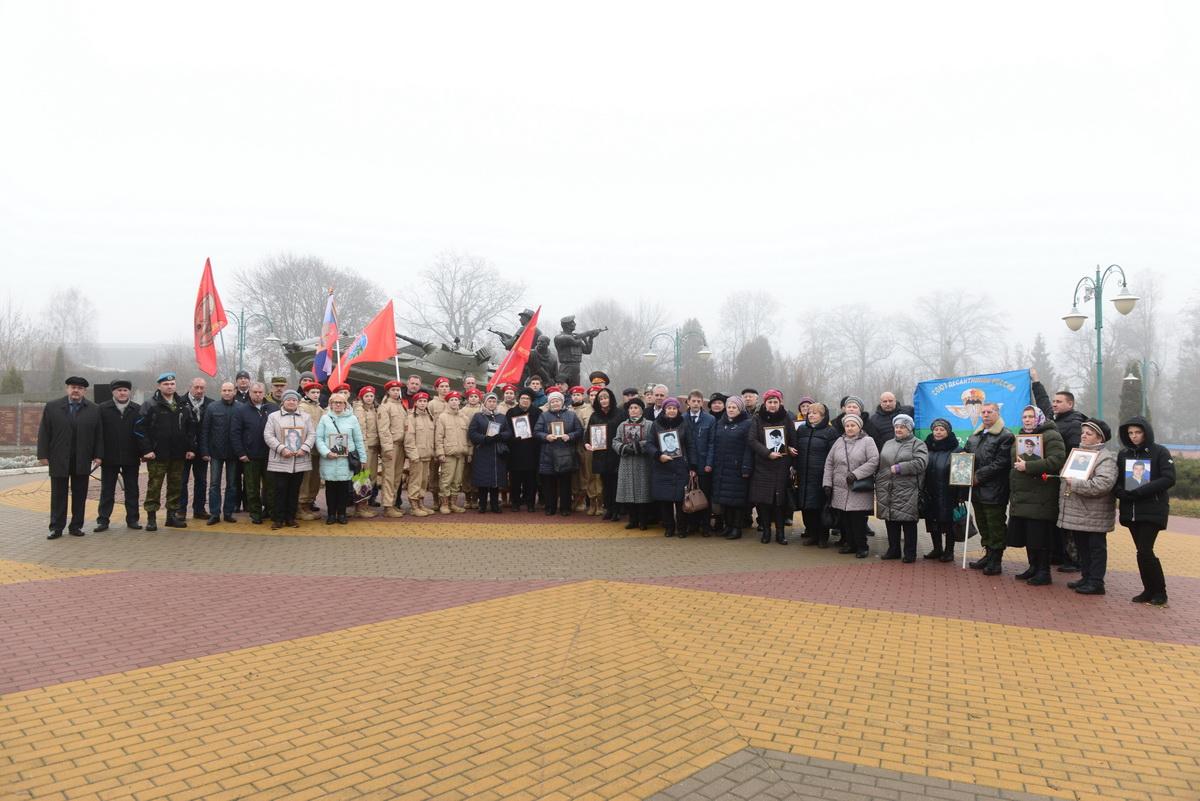 В Орле у памятника локальных войн и военных конфликтов прошёл митинг, посвящённый 25 - летию первой чеченской кампании по защите конституционного строя