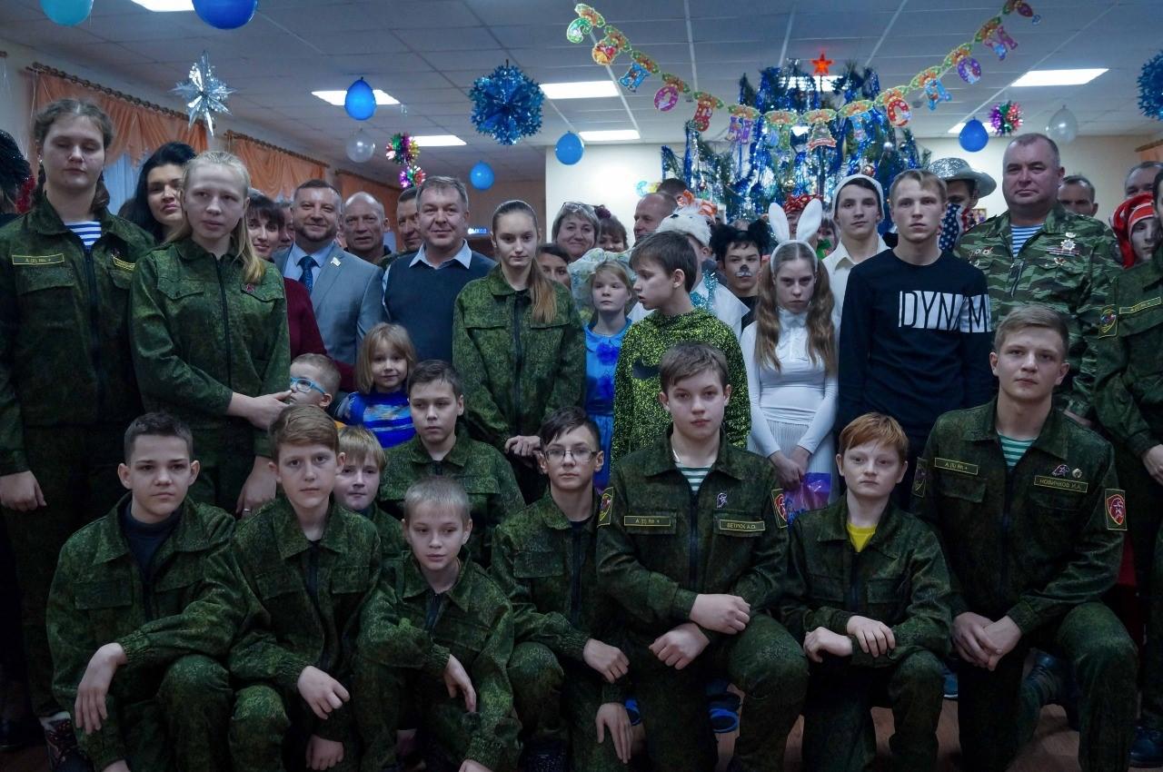 В Тамбовском районе в школе-интернате для детей с ограниченными возможностями здоровья прошёл новогодний праздник: множество гостей с подарками съехались в гости к ребятам