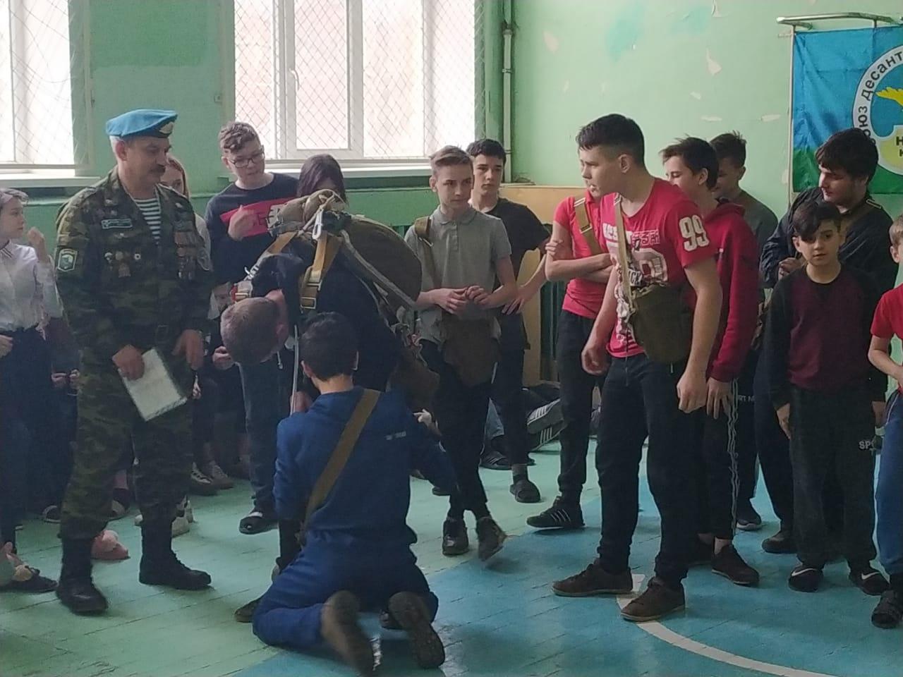 Ветераны «Союза десантников Таганрога» провели урок памяти, посвященный 20-летию подвига десантников 6 роты 104 пдп 76 вдд