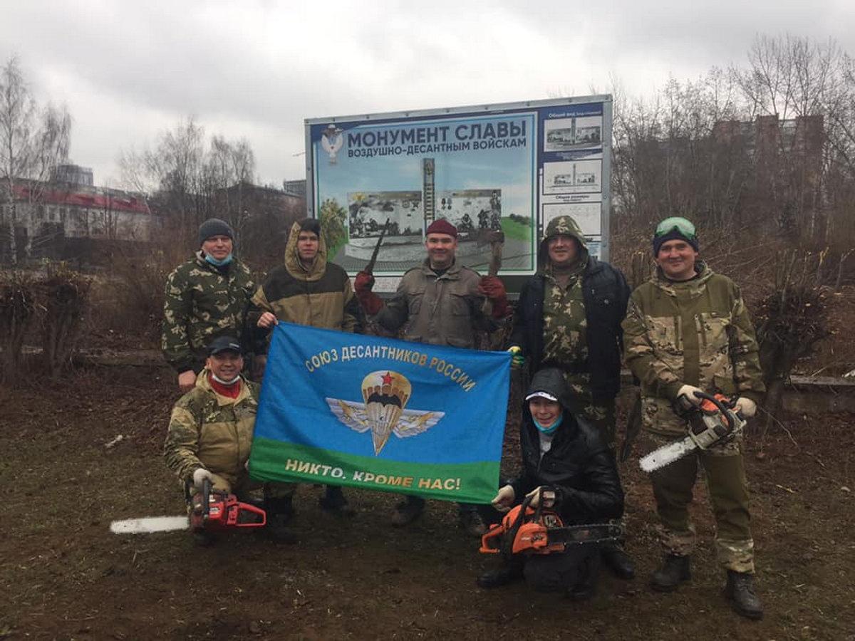 Волонтёры «Союза десантников Удмуртии» по собственному желанию привели в порядок территорию, прилегающую к монументу «Слава ВДВ»