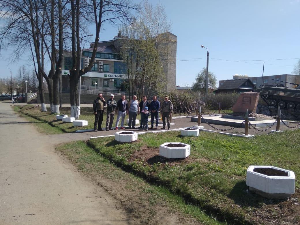 Можгинское отделение «Союза десантников Удмуртии» наводит порядок у памятника «Воинам-интернационалистам»