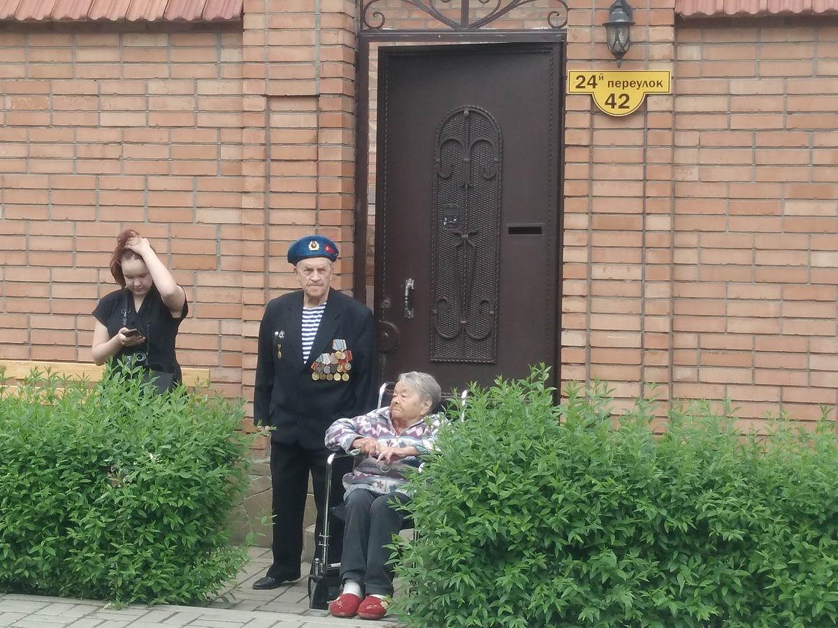 «Союз десантников Таганрога» поздравил ветерана-десантника участника Великой Отечественной войны с 75-й годовщиной Победы