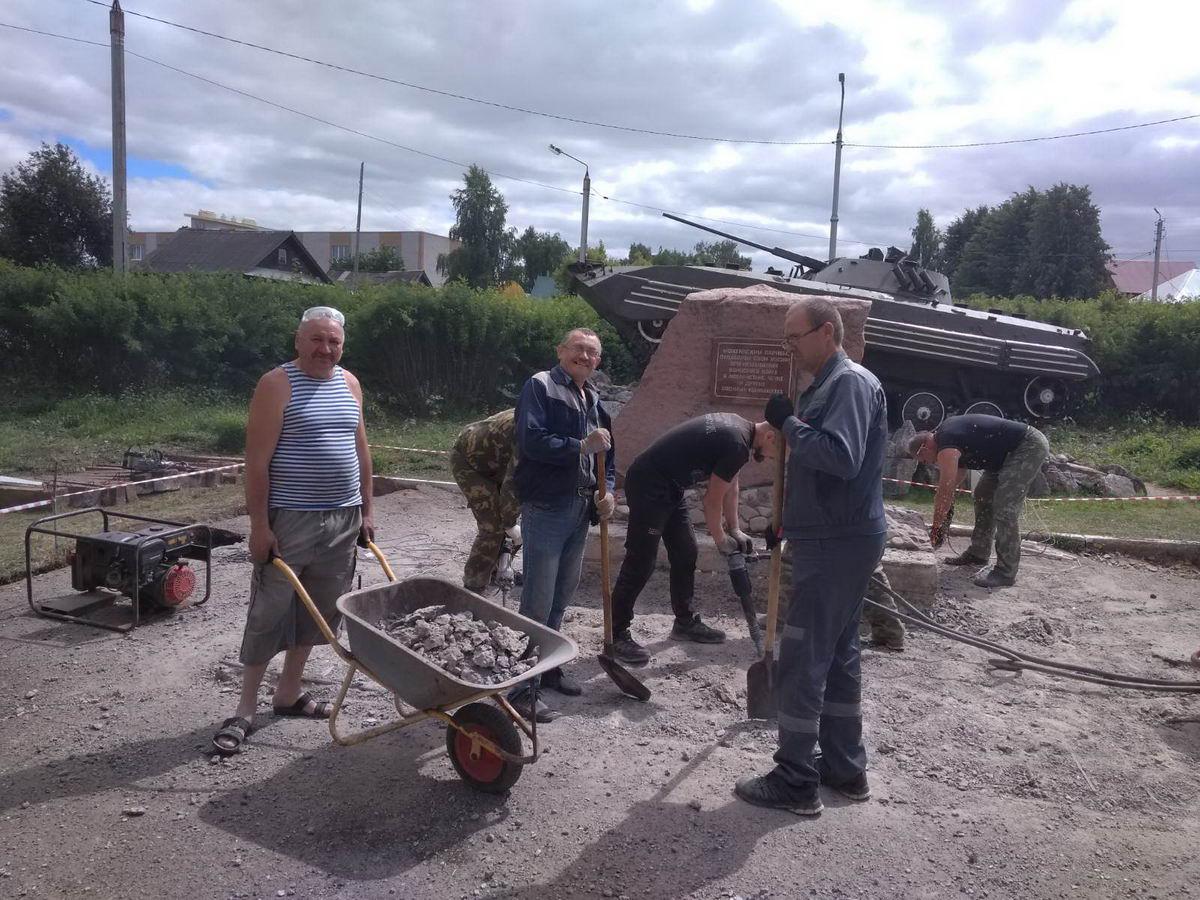 Можгинское отделение «Союза десантников Удмуртии» приступило к работам, связанным с реконструкцией памятника воинам, погибшим при исполнении служебного долга в Афганистане, Чеченской республике и других военных конфликтах
