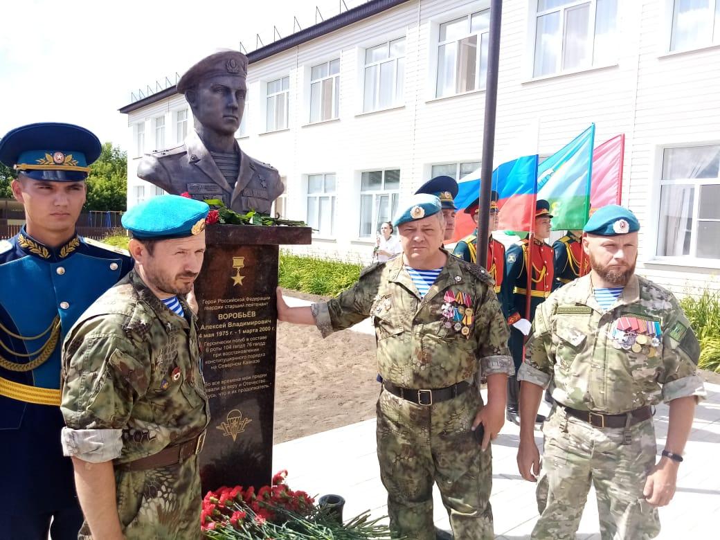 Бюст Героя России Алексея Воробьёва торжественно открыли в Оренбуржье