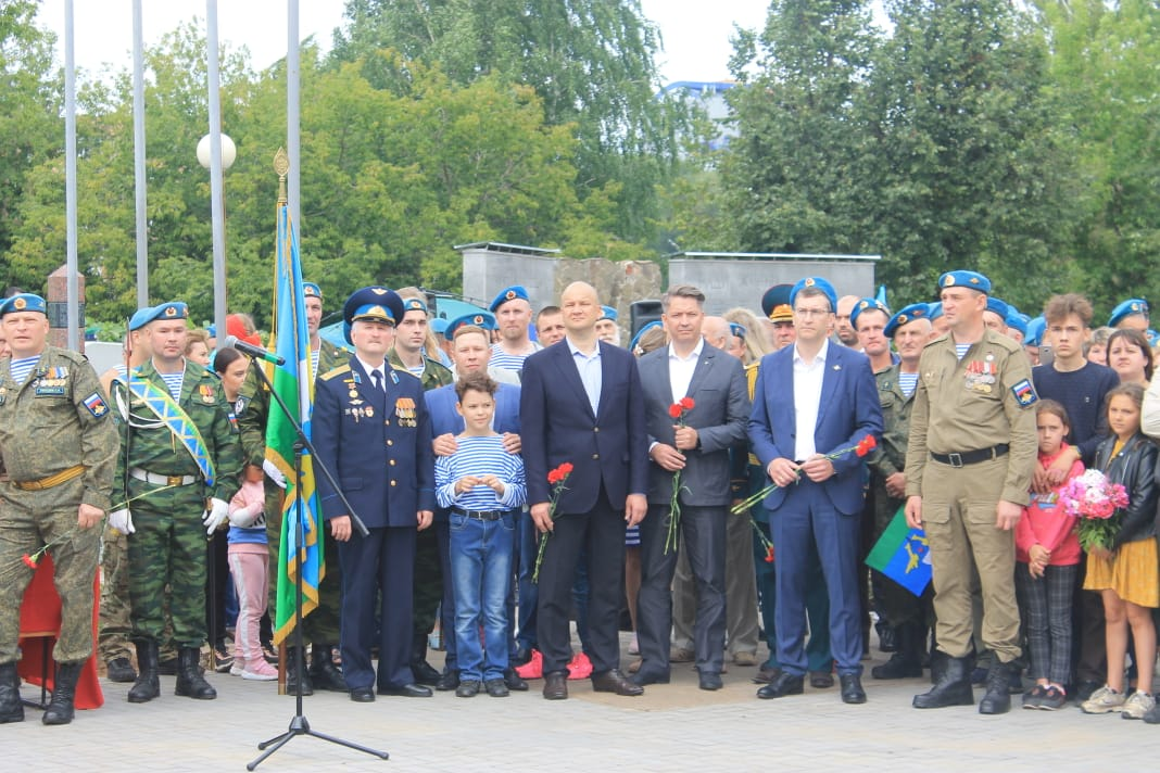 Казалось, что не только «Союз десантников Удмуртия», но и вся республика пришла на открытие монумента «Слава ВДВ» в центральной части столицы городе Ижевске. Все были восхищены его монументальной красотой и масштабами…