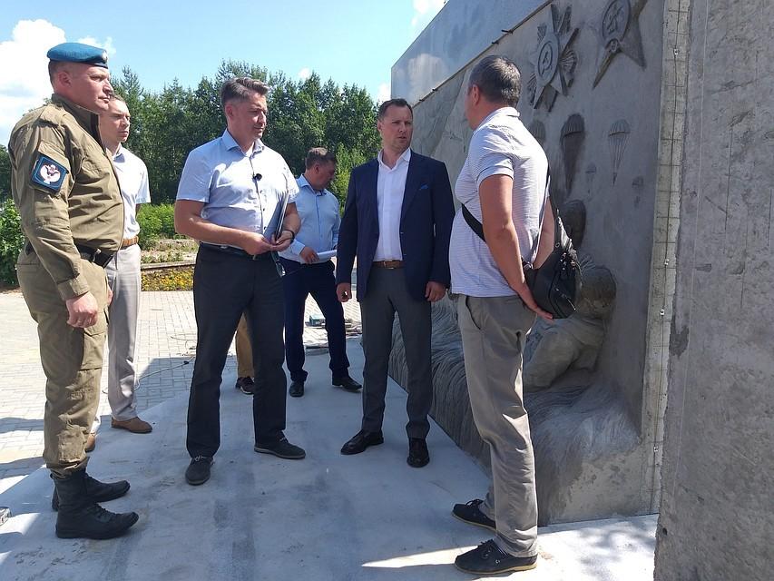 Встреча у монумента «Слава ВДВ» главы Ижевска с председателем «Союза десантников Удмуртии» накануне праздника