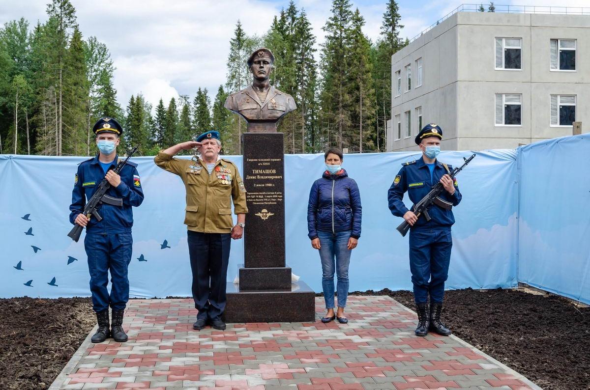 В Петрозаводске открыли памятный бюст карельскому десантнику
