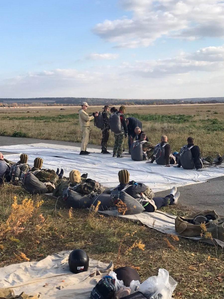 Инструктора-парашютисты «Союза десантников Удмуртии», «Щита Родины» и ВПК «Десантник» провели плановое десантирование парашютным способом курсантов ВПК «Десантник»