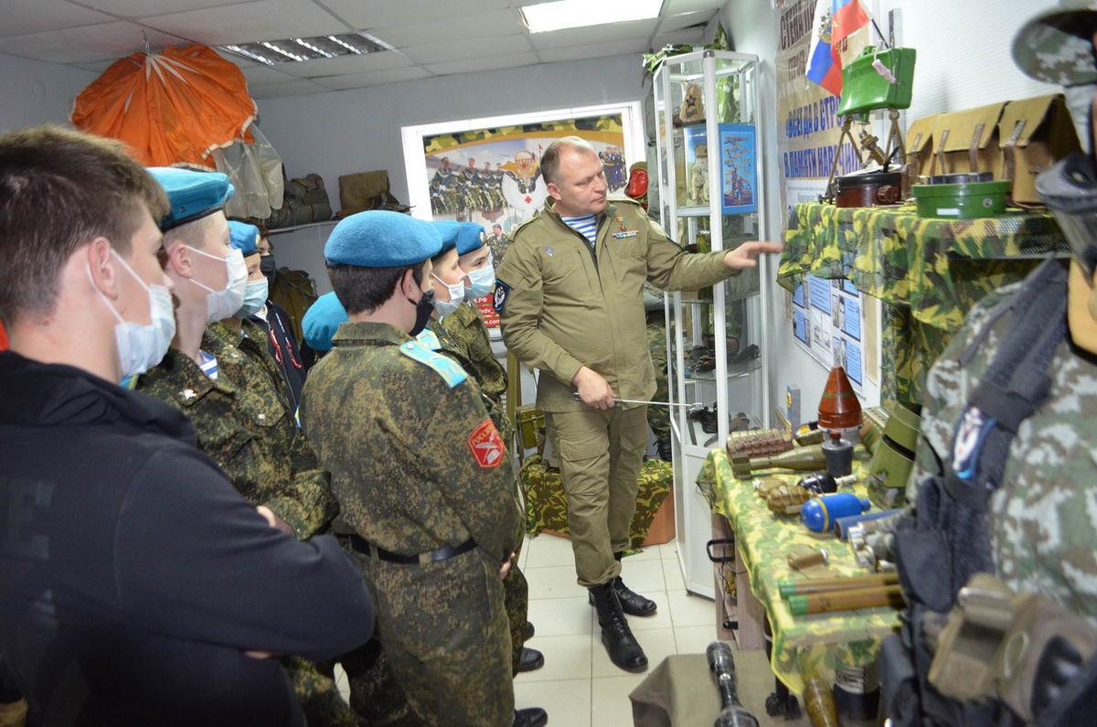 Руководство «Союза десантников Удмуртии» проводит занятия с кадетами-десантниками