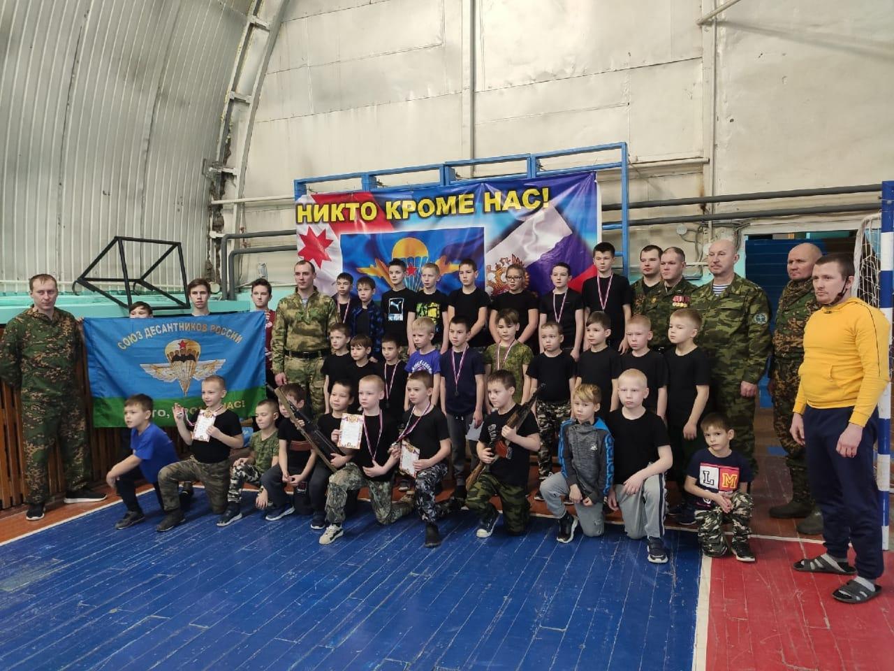 Юные десантники ВПК «Десантник» «Союза десантников Удмуртии» активно проводят праздничные дни