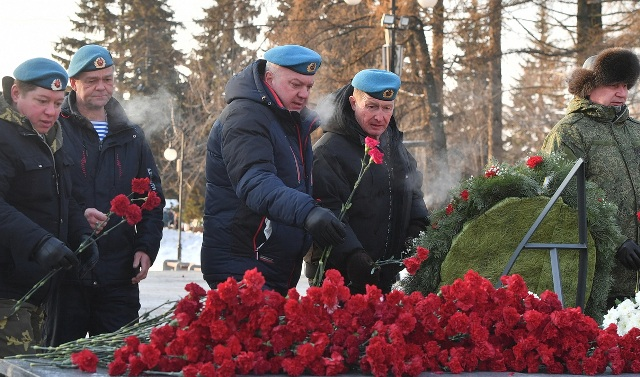 Гвардейцы «Союза десантников Удмуртии» торжественно возложили цветы к Вечному огню, монументу «Слава ВДВ»