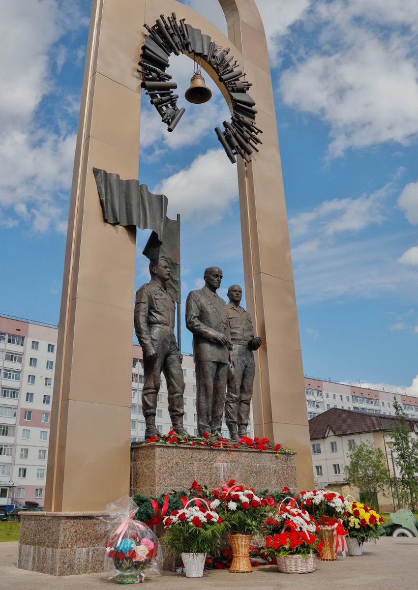 В День памяти и скорби у памятника-мемориала «Воинам трёх поколений» Усинские десантники возложили цветы