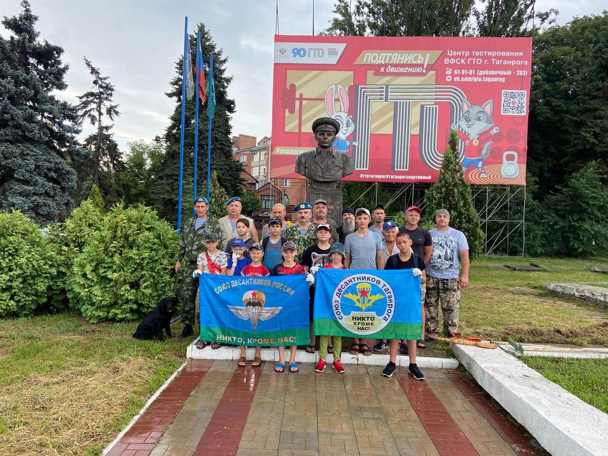 «Союз десантников Таганрога» провел субботник в сквере генерала армии Маргелова В.Ф. накануне празднования 91-й годовщины образования Воздушно-десантных войск