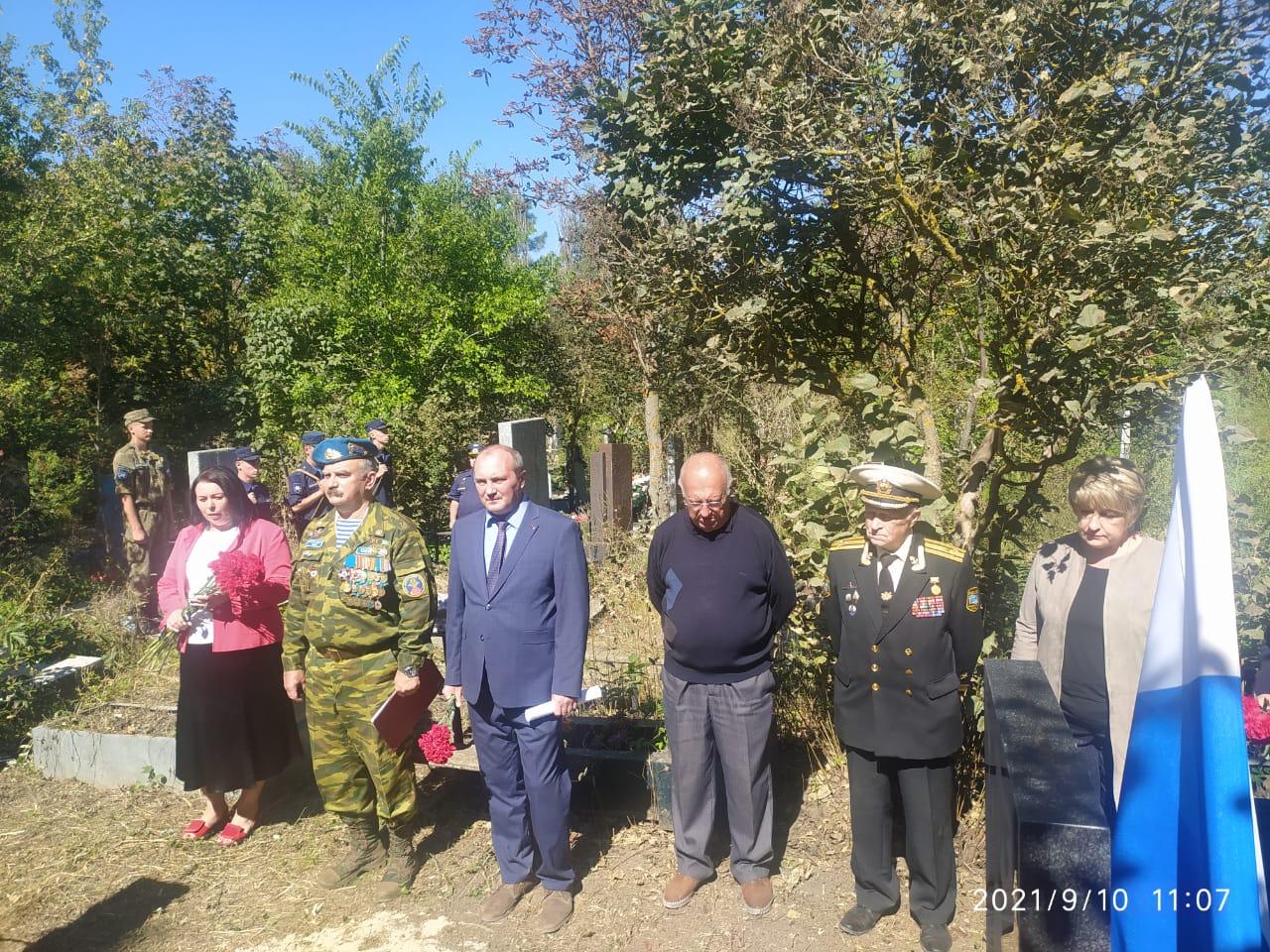 Председатель Союза десантников Таганрога А.Сетьков и официальные лица