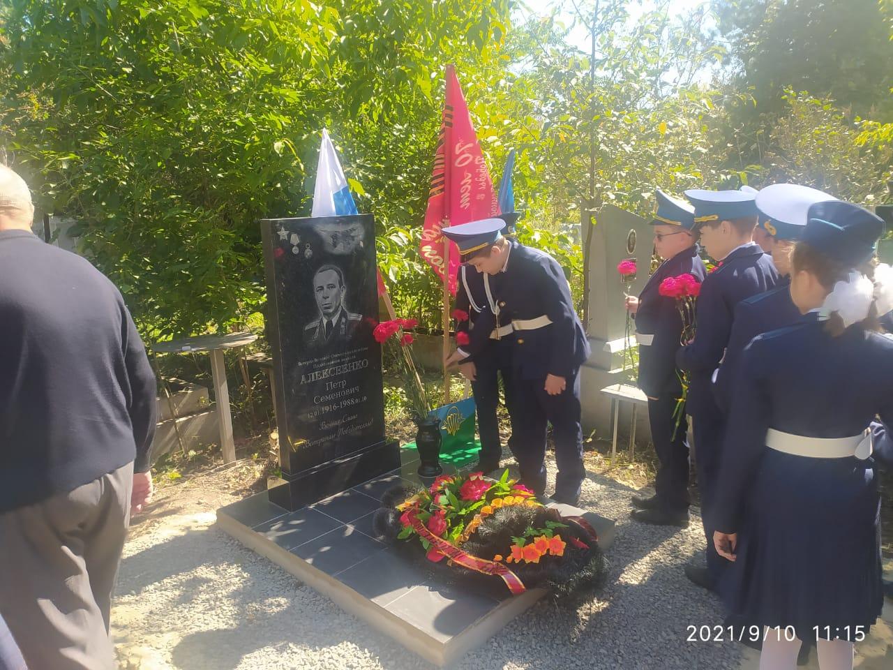 Возложение цветов - ученики кадетского класса СОШ-3 им.Ю.А.Гагарина
