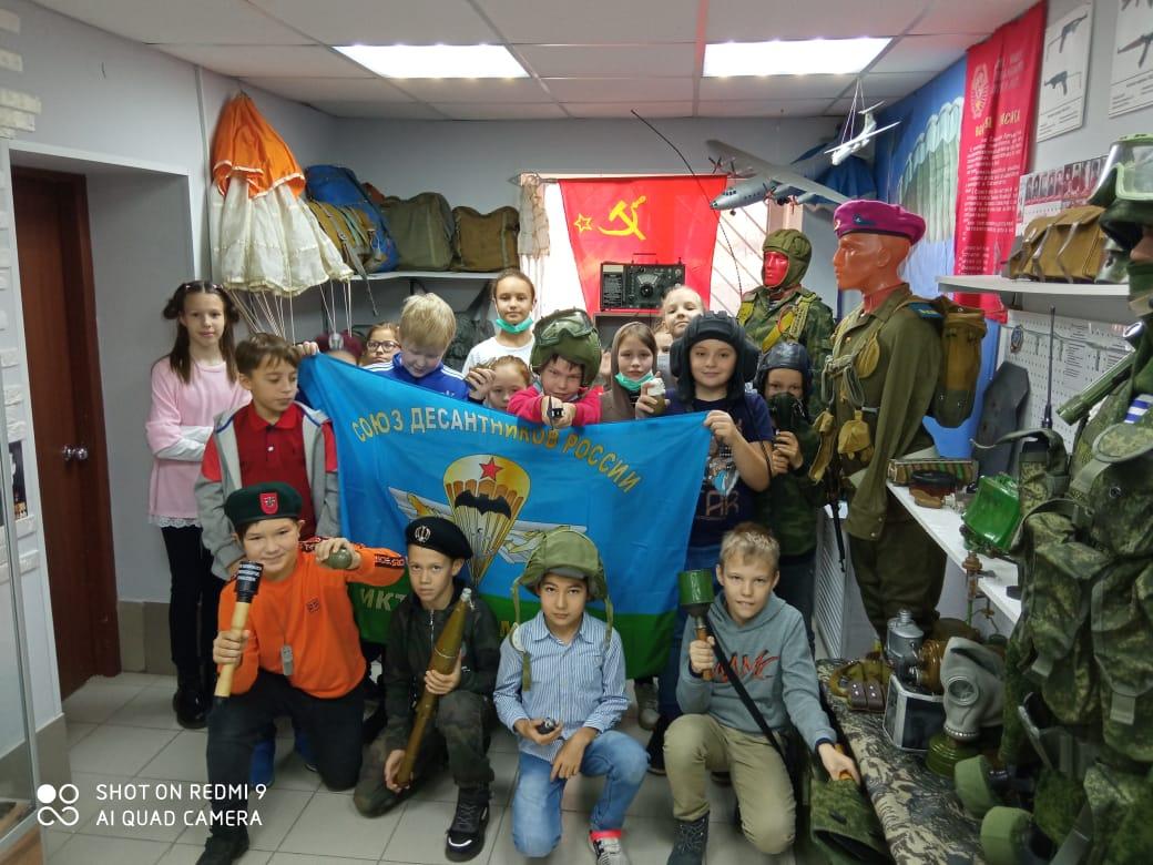 Члены «Союза десантников Удмуртии» провели со школьниками занятия по дисциплине боевой подготовки и познакомили их с вооружением и снаряжением Крылатой гвардии